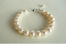 White Medium Round Pearl Bracelet