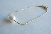 Single White Pearl on Fine Gold Chain Bracelet